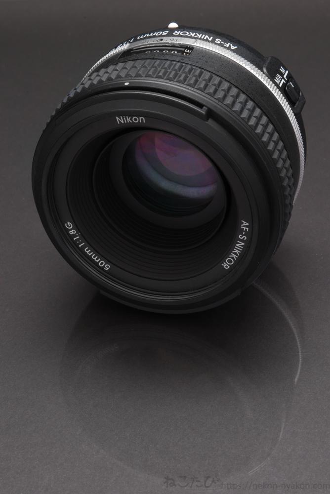 レンズをマクロ撮影 f20 1/60s ISO100 60mm (Nikon610 / AF-S Micro 60mm f2.8) 背景黒でライティング
